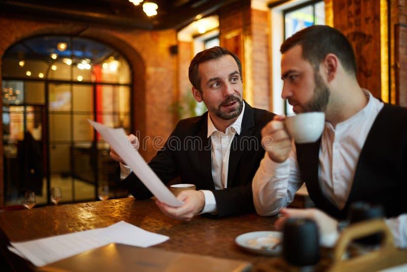 见面在餐馆的董事 免版税库存照片