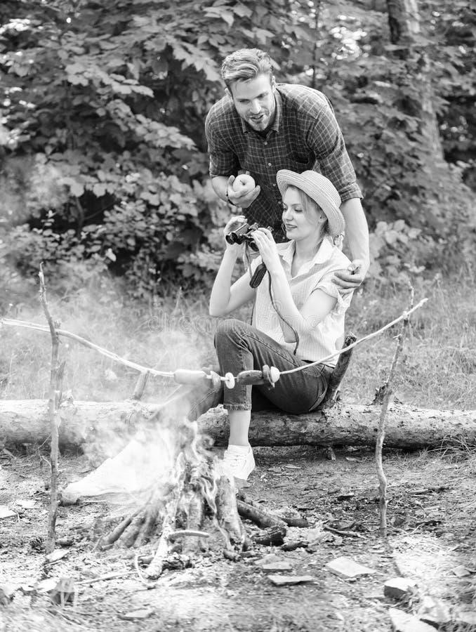 观察自然概念 夫妇在森林夫妇的鸟类学家远征在森林里享受远足观察自然 免版税库存照片