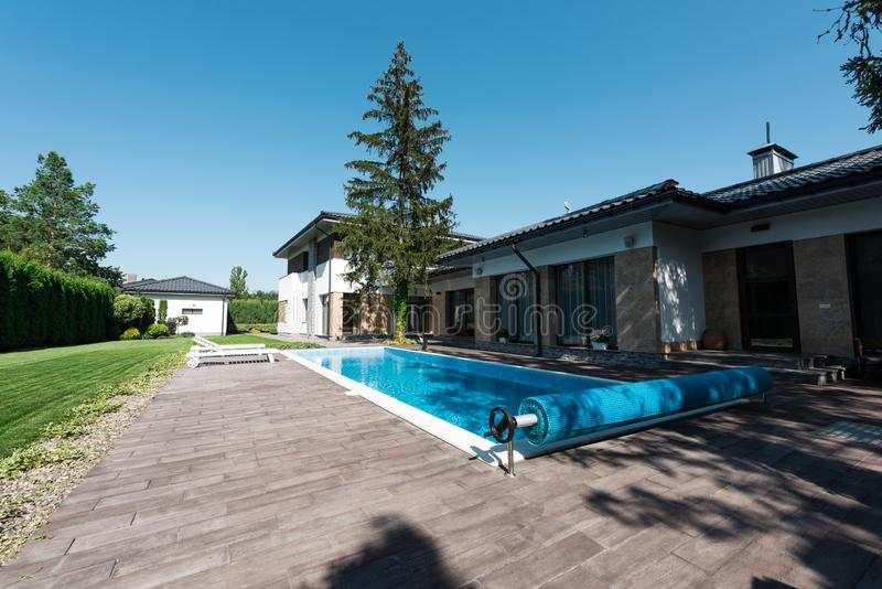 观点的房子外部和游泳场 免版税图库摄影