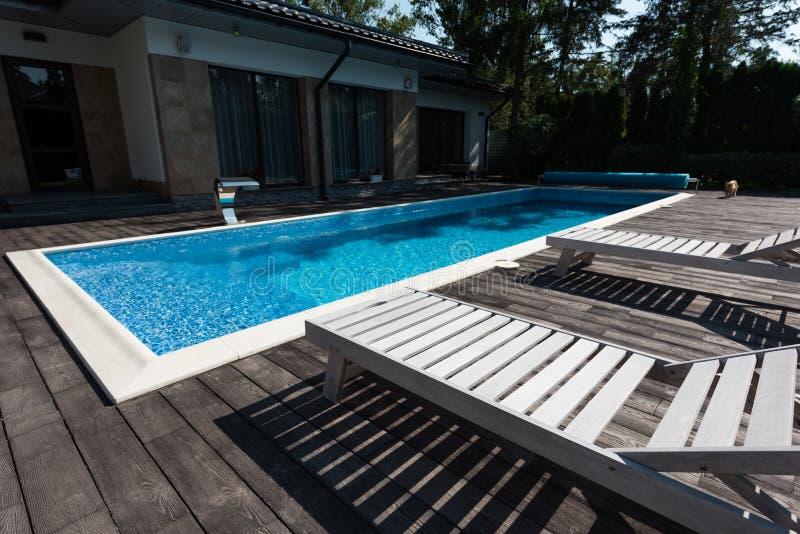 观点的房子外部游泳场 库存照片