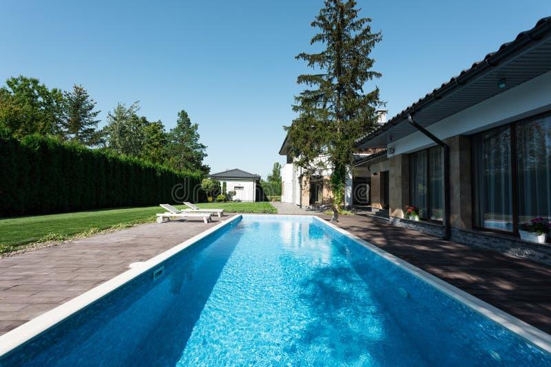 观点的现代房子游泳场 免版税图库摄影