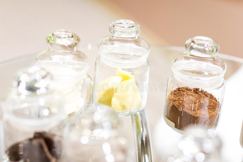 规则和被碱化的可可粉用dar巧克力,在有盒盖的玻璃瓶子 库存图片