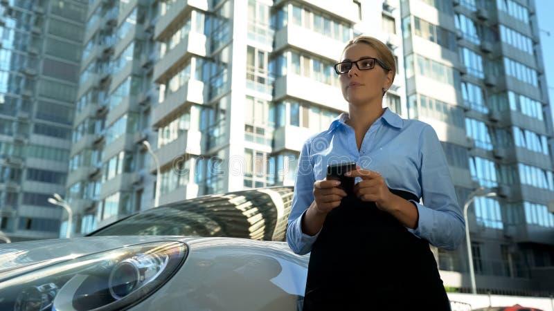 认为在手机的坏新闻消息,麻烦的沮丧的妇女在工作 免版税库存图片