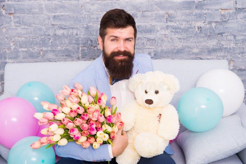 让我们安排您的微笑 妇女的天 爱Day.Valentines Day.Holidays卡片 国际妇女的假日 有郁金香花束的有胡子的人和 免版税库存照片
