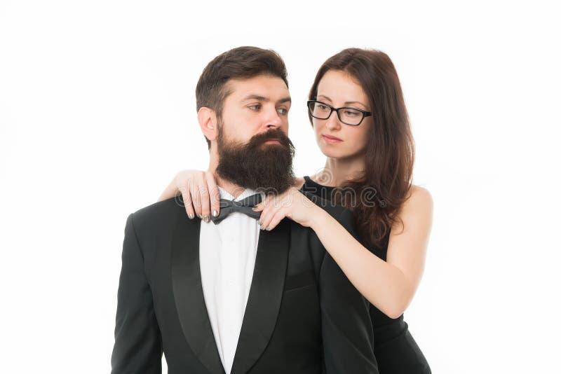 让我帮助与蝶形领结 妇女典雅的夫人调整男性蝶形领结 人有胡子的绅士穿有蝶形领结的黑无尾礼服 库存图片
