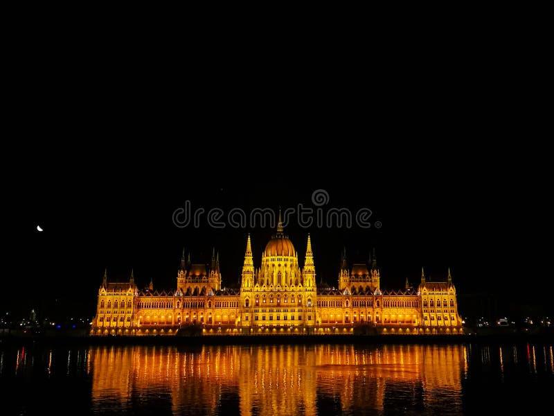 议会有启发性大厦在晚上,布达佩斯,匈牙利 免版税库存照片