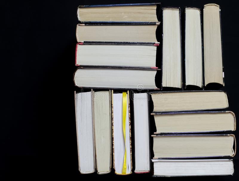许多多彩多姿的厚实的开放在黑暗的背景书摊 在书是老圆的玻璃和一个开放笔记本有a的 库存图片