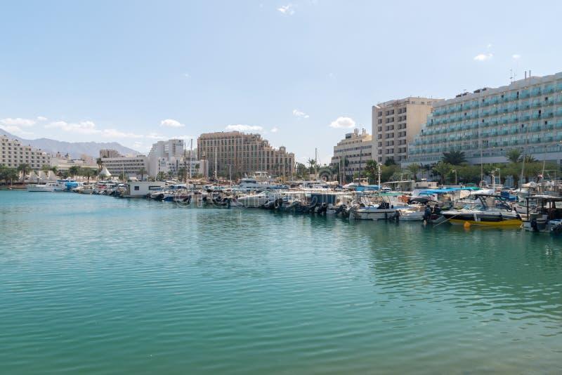 许多游艇和小船在埃拉特小游艇船坞 免版税库存图片