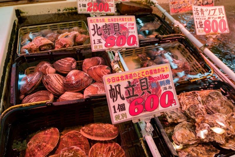 许多生海鲜包括扇贝,冲浪填入卖 免版税库存照片