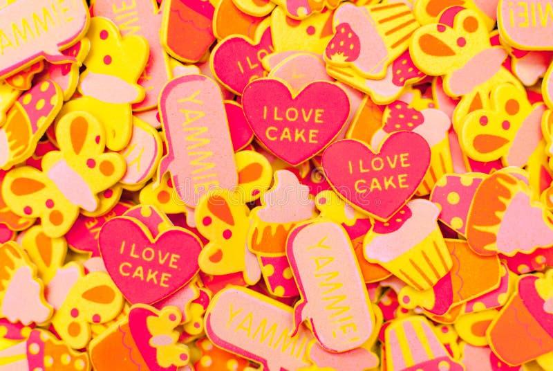许多顶视图描述心脏、蝴蝶和杯形蛋糕的糖果色泡沫贴纸 夏天或喜悦概念 免版税库存照片