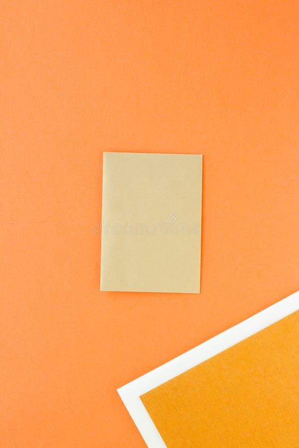 设置企业品牌的纸文具,flatlay大模型 免版税库存图片