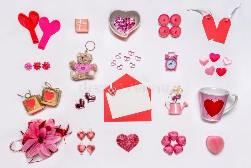 设置在红色和粉色的女性辅助部件在白色背景 爱汇集,装饰项目,纪念品,信封 图库摄影