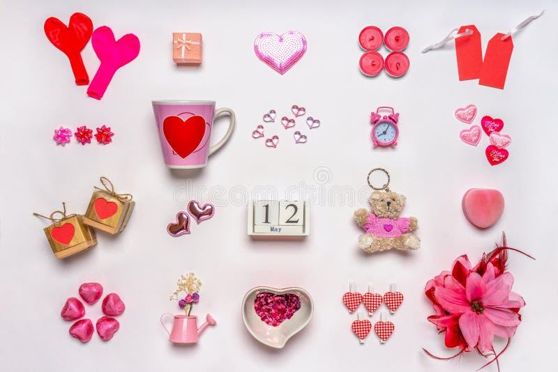 设置在红色和粉色的女性辅助部件在白色背景 爱汇集,装饰项目,纪念品 日历 库存照片