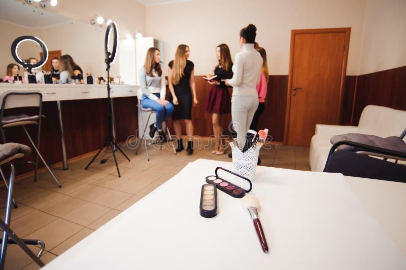 设置装饰化妆用品在美发师的手上 库存图片