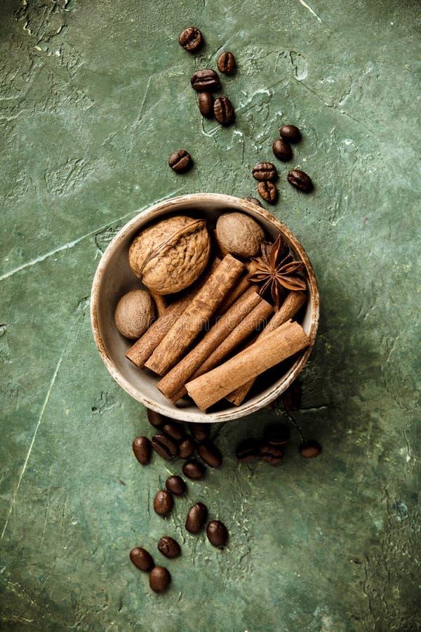 设置香料和咖啡豆在土气背景,平的位置,顶视图 库存图片