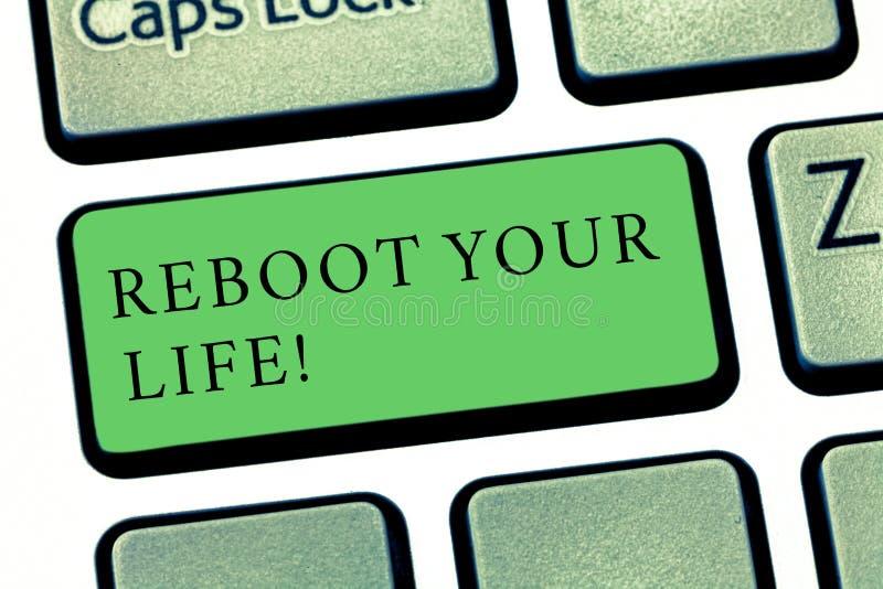 词文字文本重新起动您的生活 起动新的事业的企业概念遇见新的陈列去奇怪地方键盘 免版税库存照片