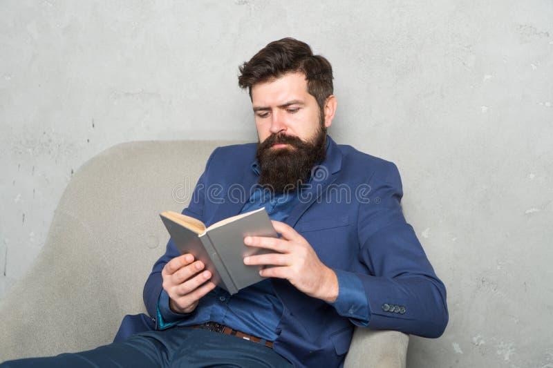 读当局企业书 企业经验 政策制定零件管理 人有胡子的商人 免版税库存照片