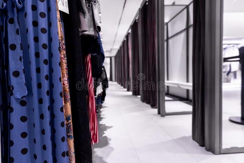 试衣间在购物中心 巴厘岛的时尚商店 库存图片