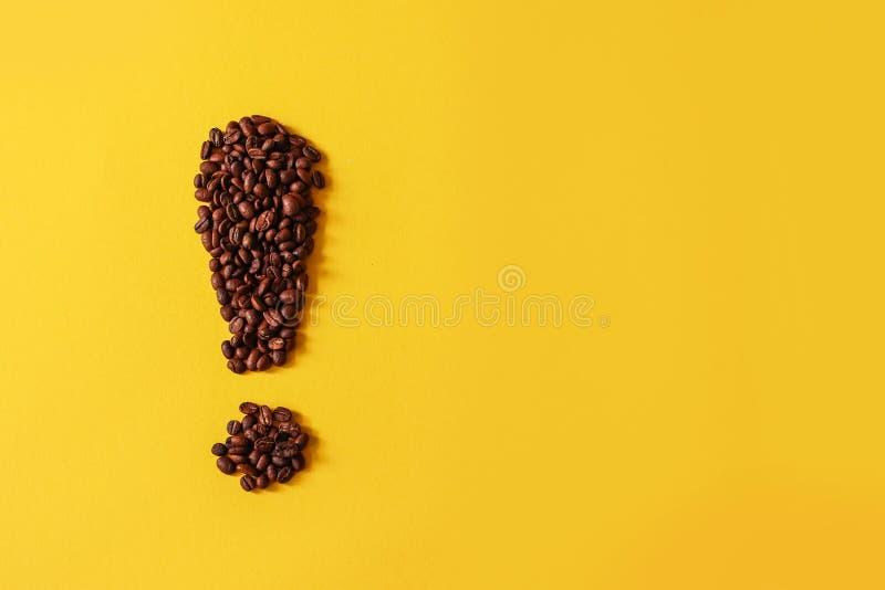 说谎以惊叹号的形式咖啡粒 库存照片