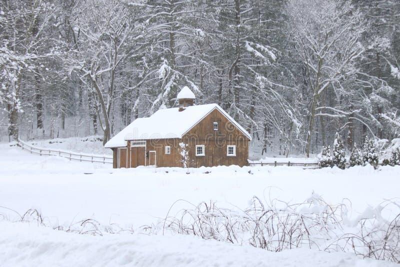 谷仓在一斯诺伊天在新英格兰 免版税库存照片