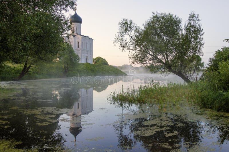 调解的教会在Nerl、日出和雾的 弗拉基米尔地区,Bogolyubovo 金黄环形俄国 免版税库存图片