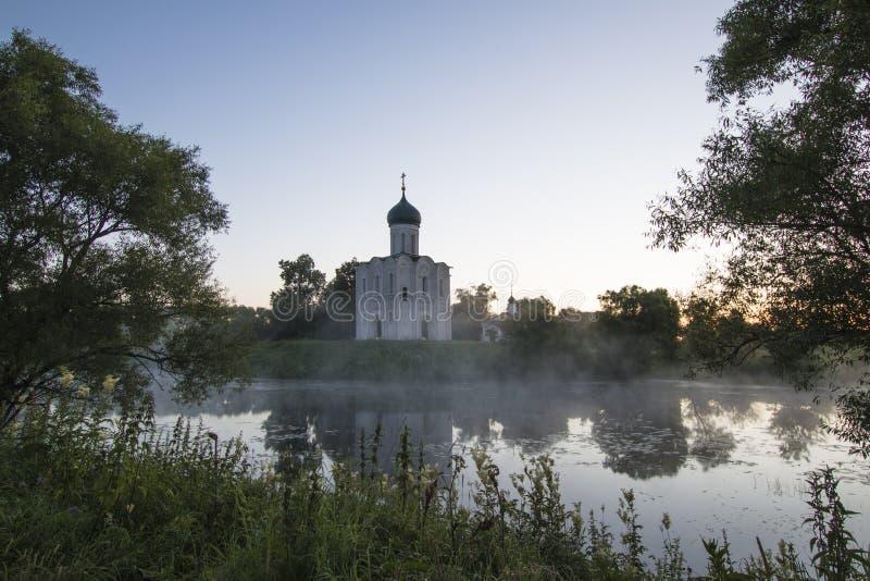 调解的教会在Nerl、日出和雾的 弗拉基米尔地区,Bogolyubovo 金黄环形俄国 免版税库存照片