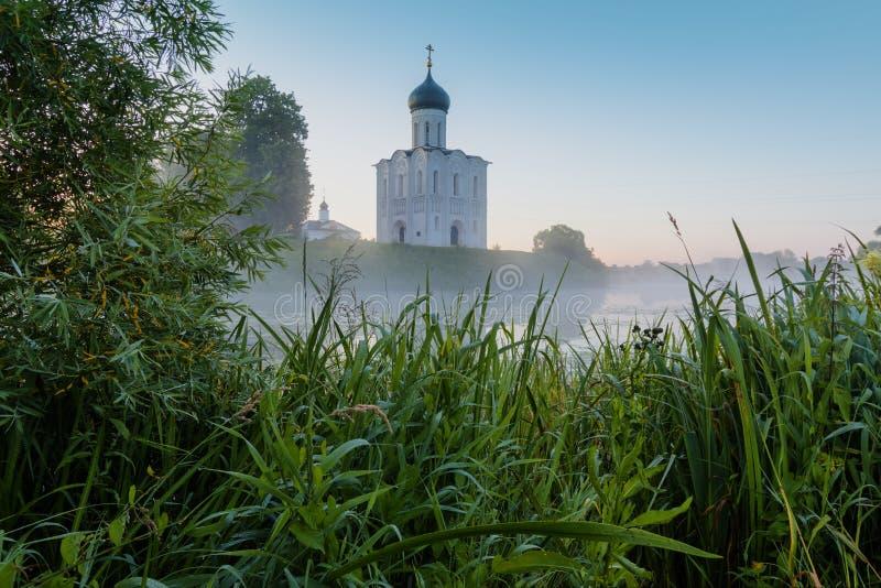 调解的教会在Nerl、日出和雾的 弗拉基米尔地区,Bogolyubovo 金黄环形俄国 图库摄影