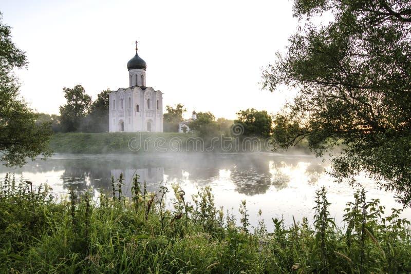 调解的教会在Nerl、日出和雾的 弗拉基米尔地区,Bogolyubovo 金黄环形俄国 免版税图库摄影