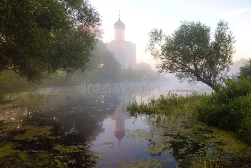 调解的教会在Nerl、日出和雾的 弗拉基米尔地区,Bogolyubovo 金黄环形俄国 库存照片