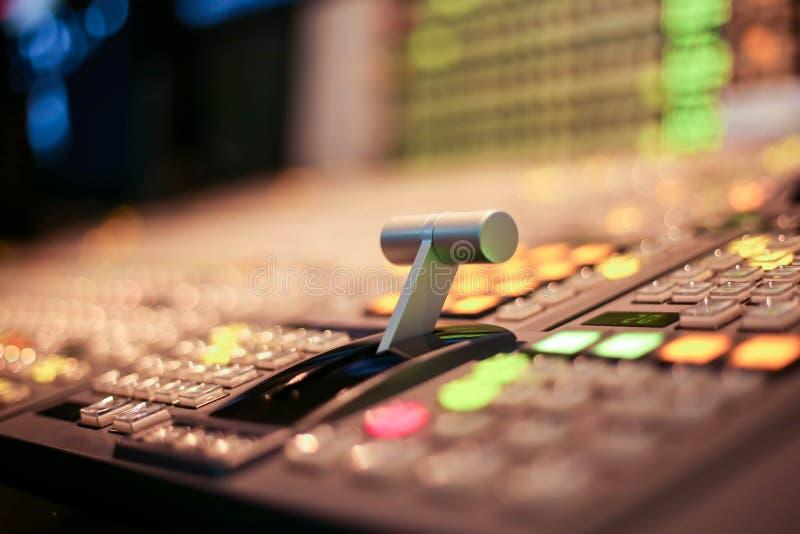 调转工在演播室电视台、音频和录影电视广播生产调转工按  免版税库存照片
