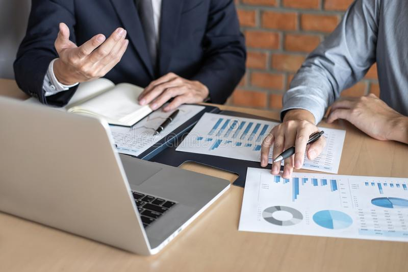 谈论专业的商务伙伴在遇见的想法计划和介绍项目工作和分析在工作区, 免版税库存图片