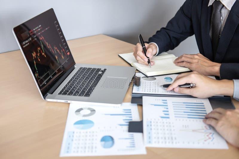 谈论专业的商务伙伴在遇见的想法计划和介绍项目工作和分析在工作区, 免版税库存照片