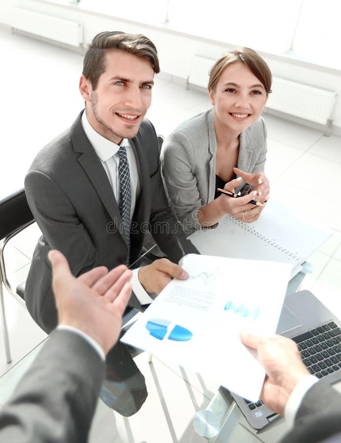 谈论企业的队财务数据 免版税图库摄影
