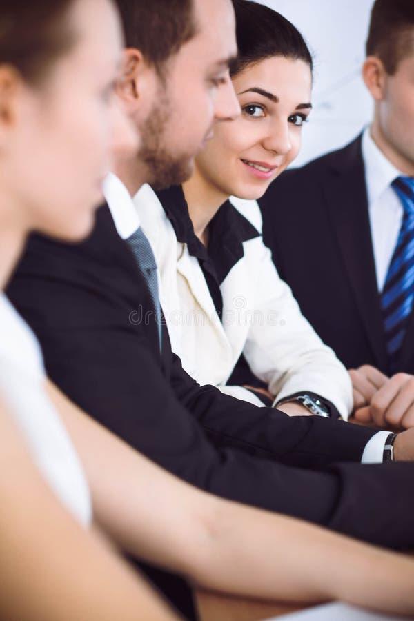 谈论小组的买卖人或的律师合同纸和财政图,当坐在桌上时 特写镜头 免版税库存照片