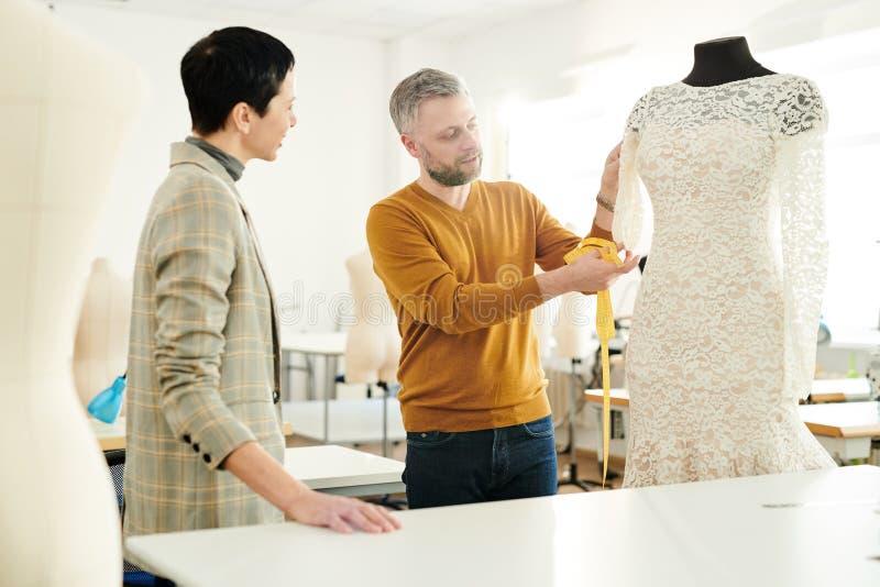 谈论新的礼服 免版税库存图片