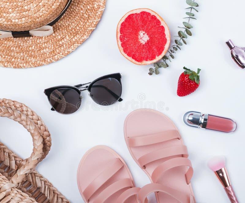 象草帽、太阳镜、凉鞋和其他夏天辅助部件的女性项目 图库摄影