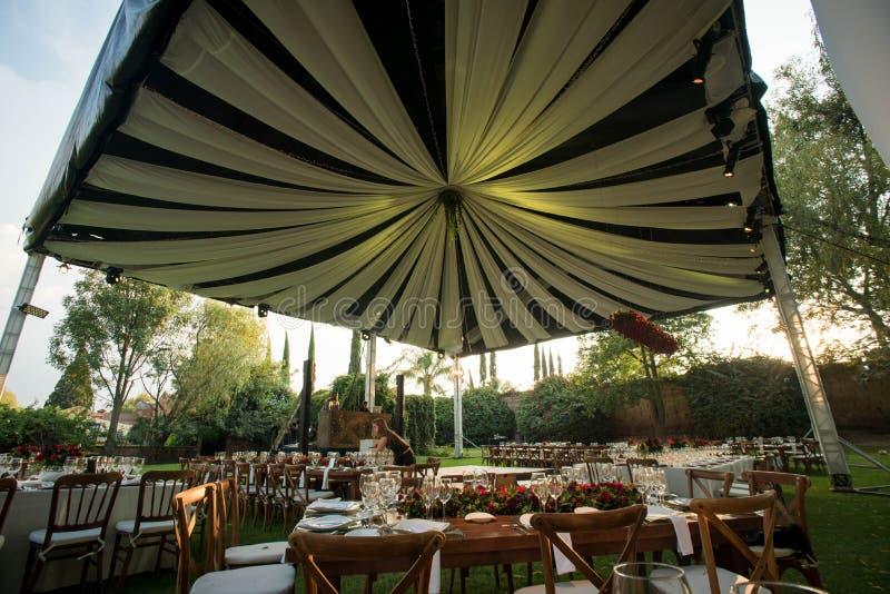 豪华婚姻的帐篷,在典雅的结婚宴会的装饰的遮篷 免版税库存照片
