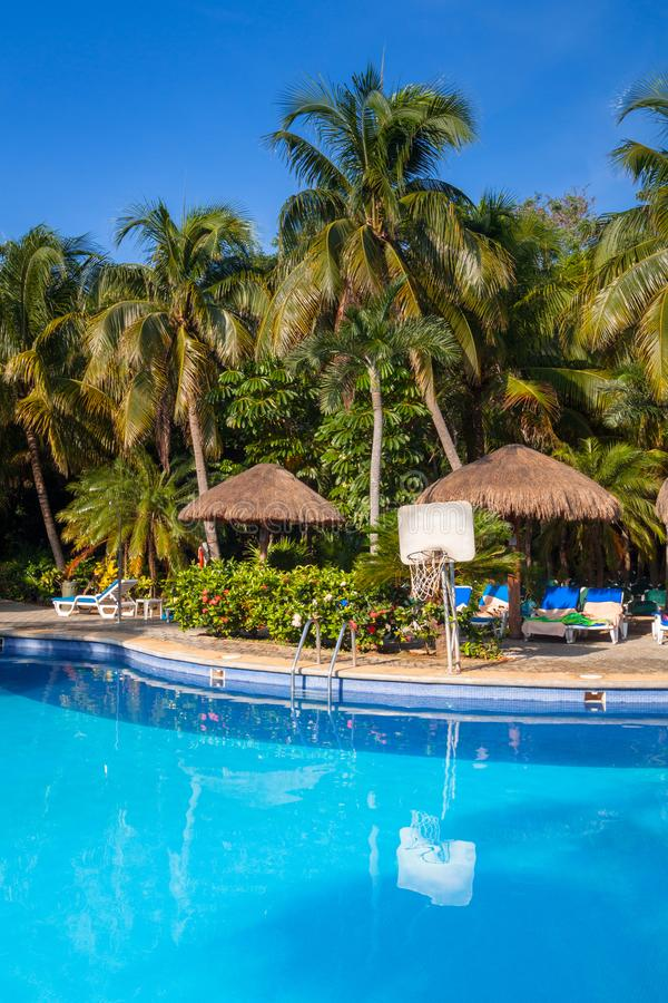 豪华游泳场风景在RIU龙舌兰酒旅馆在普拉亚德尔卡曼,墨西哥 库存照片