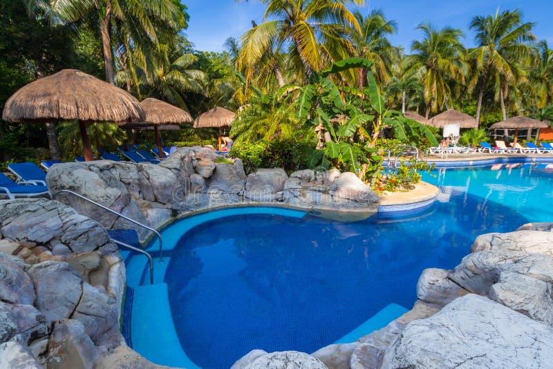 豪华游泳场风景在RIU龙舌兰酒旅馆在普拉亚德尔卡曼,墨西哥 免版税库存图片