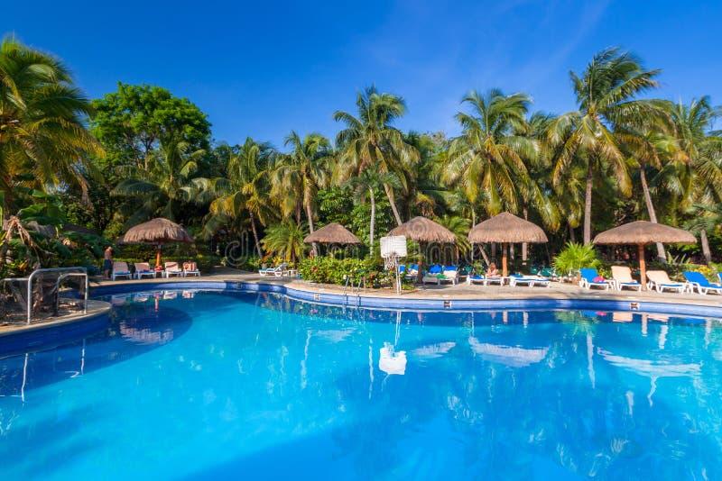 豪华游泳场风景在RIU龙舌兰酒旅馆在普拉亚德尔卡曼,墨西哥 免版税库存照片