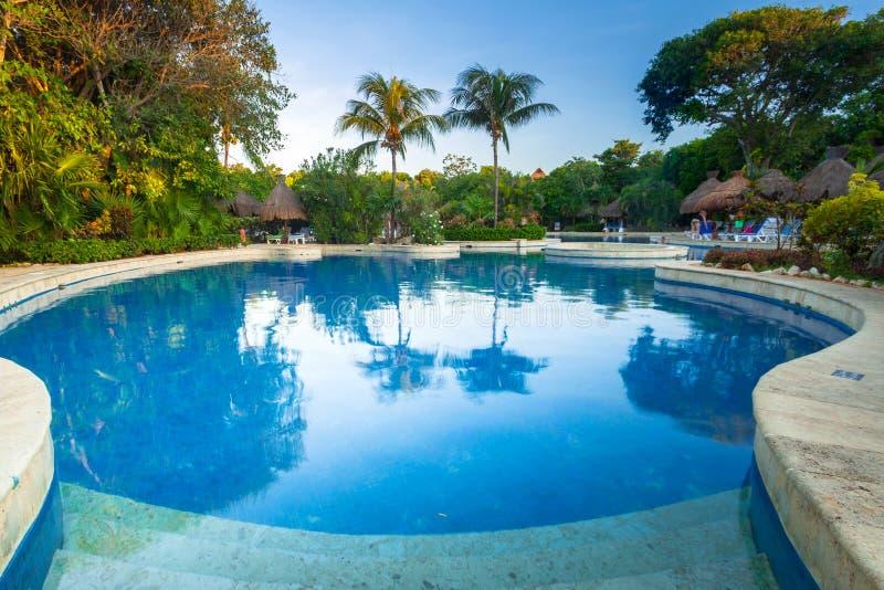 豪华游泳场风景在RIU龙舌兰酒旅馆在普拉亚德尔卡曼,墨西哥 图库摄影