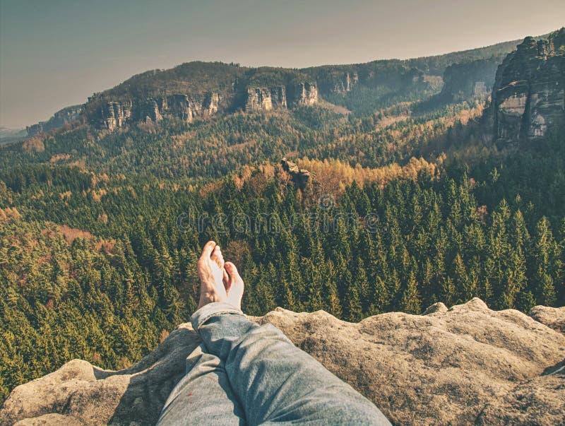 赤裸男性盘腿采取岩石的一基于 免版税库存图片