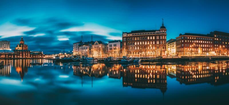 赫尔辛基,芬兰 Kanavaranta街全景有乌斯佩斯基大教堂和Pohjoisranta街的在夜 图库摄影