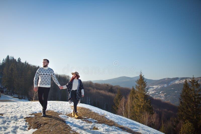 走在山的两个年轻旅行家 图库摄影
