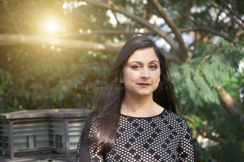 走在公园的印度妇女 免版税库存照片