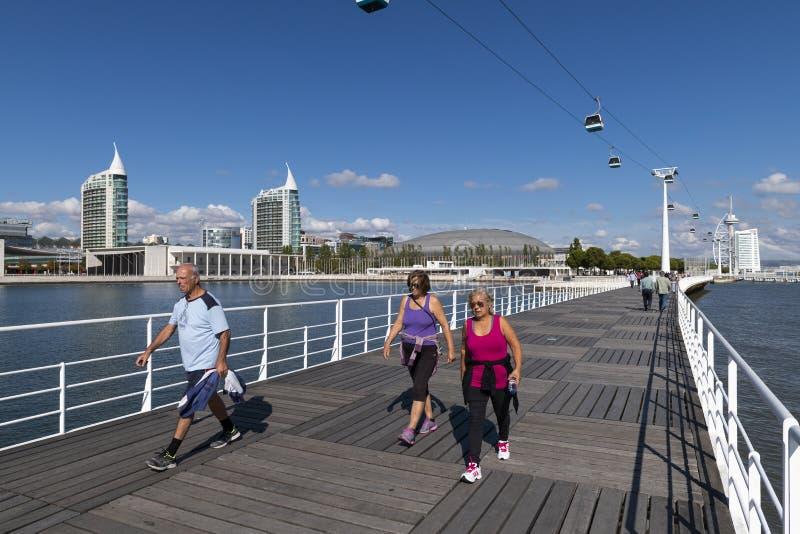 走在国家Parque das Nacoes公园的人们在里斯本,在葡萄牙 免版税库存照片