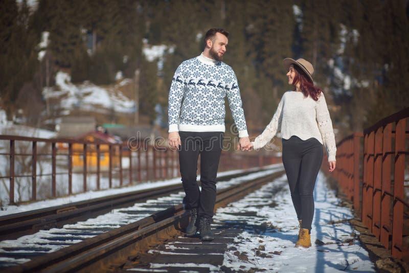 走在桥梁的两个年轻旅行家 免版税图库摄影