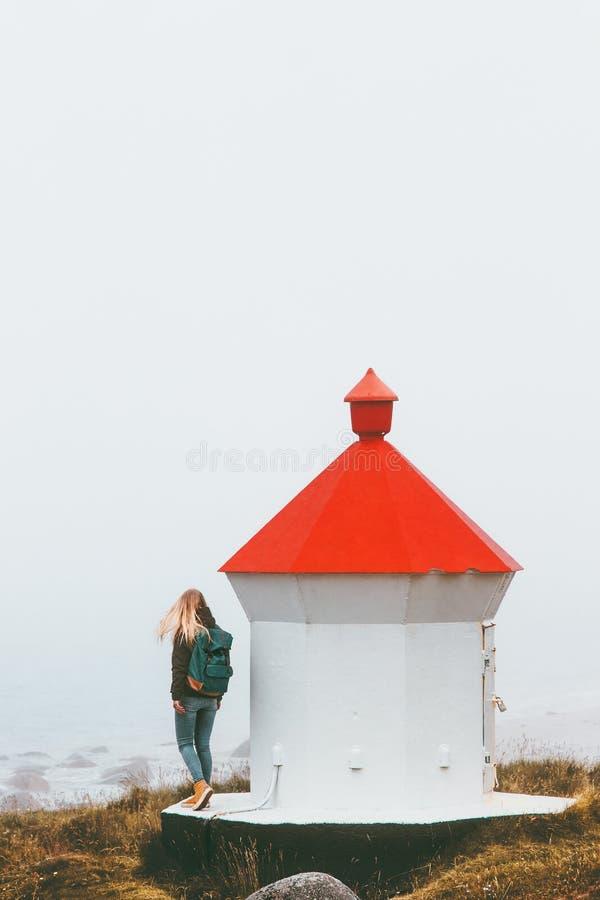 走在灯塔旅行生活方式附近的妇女游人 免版税库存图片