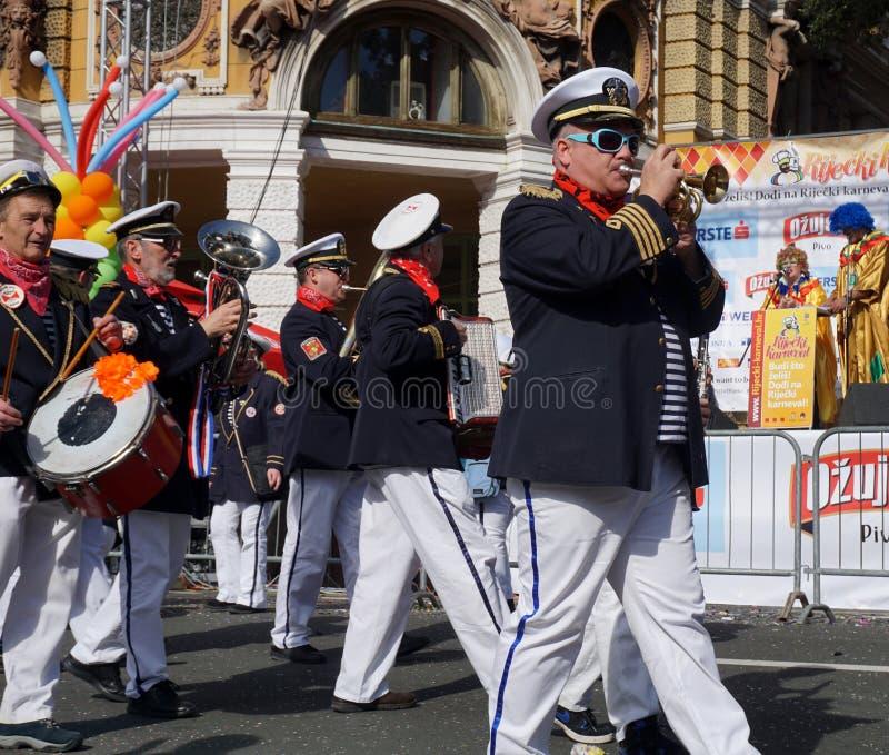 走和使用在狂欢节队伍的街道的音乐家 免版税图库摄影