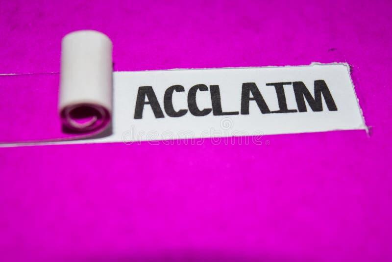 赞誉文本、启发和正面震动概念在紫色被撕毁的纸 免版税图库摄影